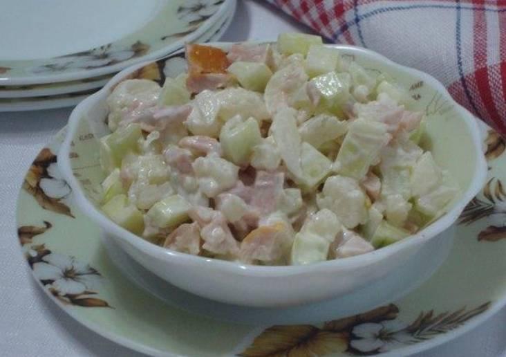 Соединяем все ингредиенты в салатнике и заправляем майонезом. Перемешиваем и подаем к столу. Приятного аппетита!