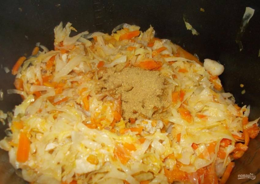 7.За 10-15 минут до окончания программы добавляю приправу к мясу по вкусу, перемешиваю и не накрываю крышкой.