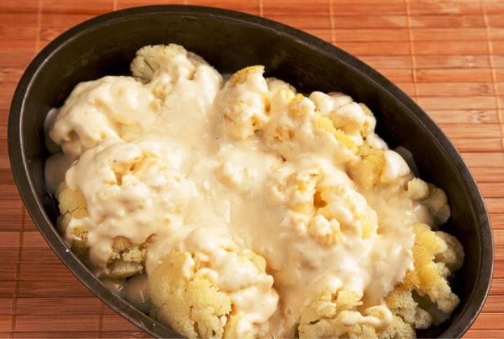 Выньте капусту из духовки и залейте соусом.