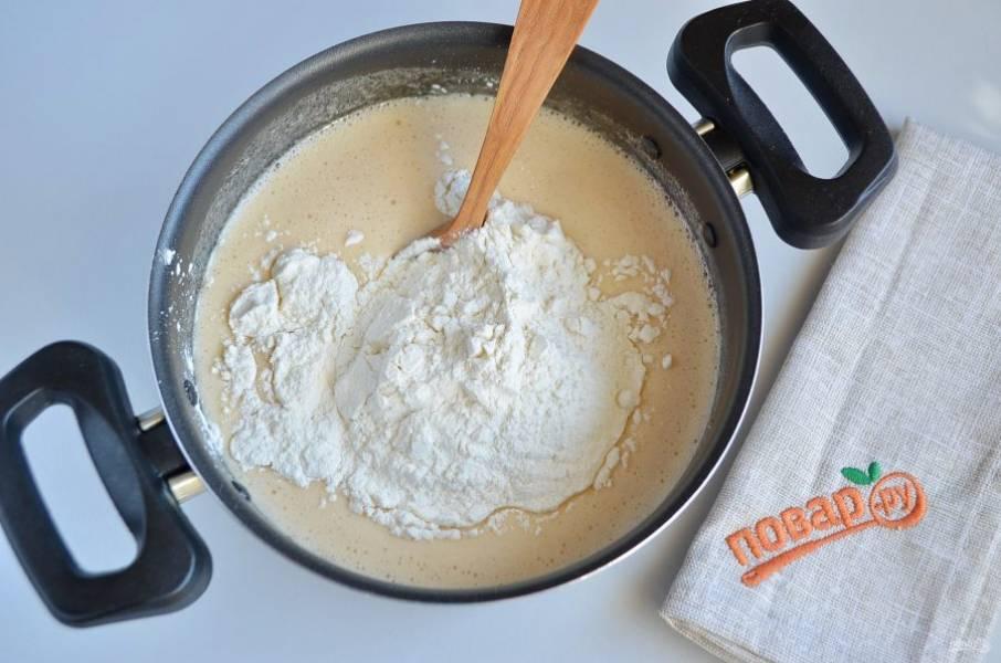 В получившуюся массу небольшими порциями вводим муку. Ложкой замешиваем тесто (руками месить тесто для этого торта неудобно).