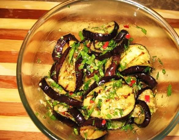 Баклажаны выложить в миску и хорошо перемешать с маринадом. Маринованные жареные баклажаны будут вкуснее, если их накрыть и подержать в холодильнике сутки.