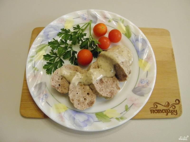 Готовый паровые котлеты разложите по тарелочкам и полейте соусом. Приятного аппетита!