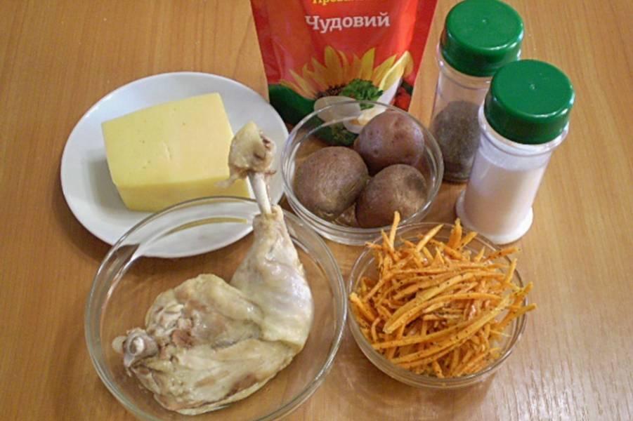Подготовим продукты. Отвариваем куриное мясо и картофель. Остужаем. Картофель очищаем от кожуры. Мясо снимаем с кости.