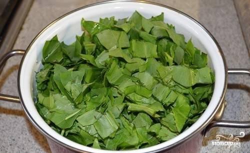 Далее щавель нарежьте на кусочки ножницами. Приготовьте банки для консервирования. Простерилизуйте их на пару 10-15 минут, ошпарьте крышки кипятком.