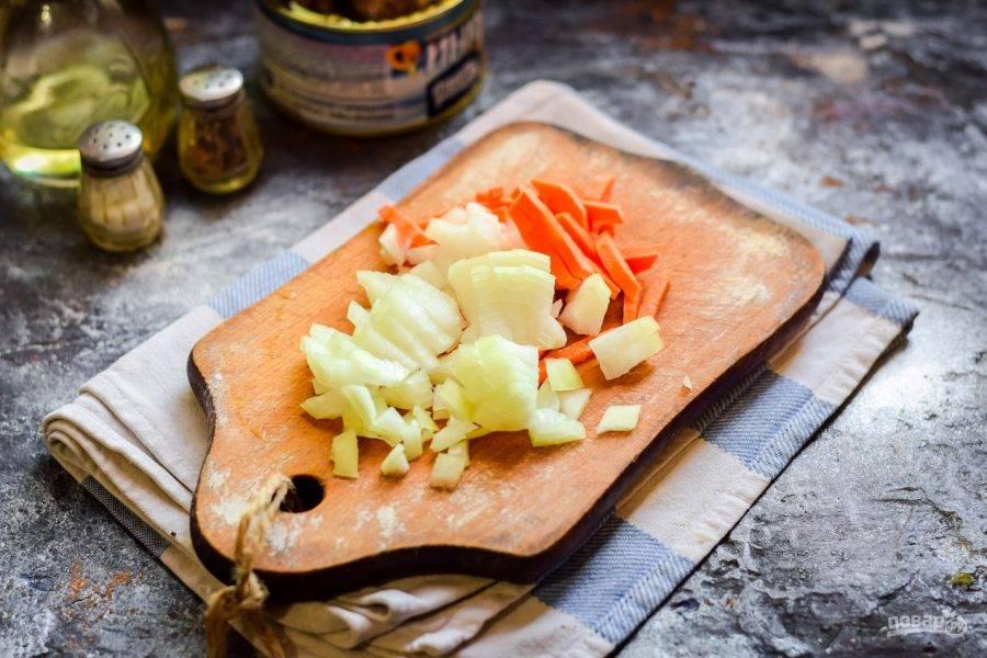Морковь и лук очистите, сполосните, просушите. Морковь натрите на терке, лук нарежьте кубиками. Жарьте овощи пару минут на сковороде, с добавлением ложки растительного масла. После переложите овощи в кастрюлю, к готовому картофелю.