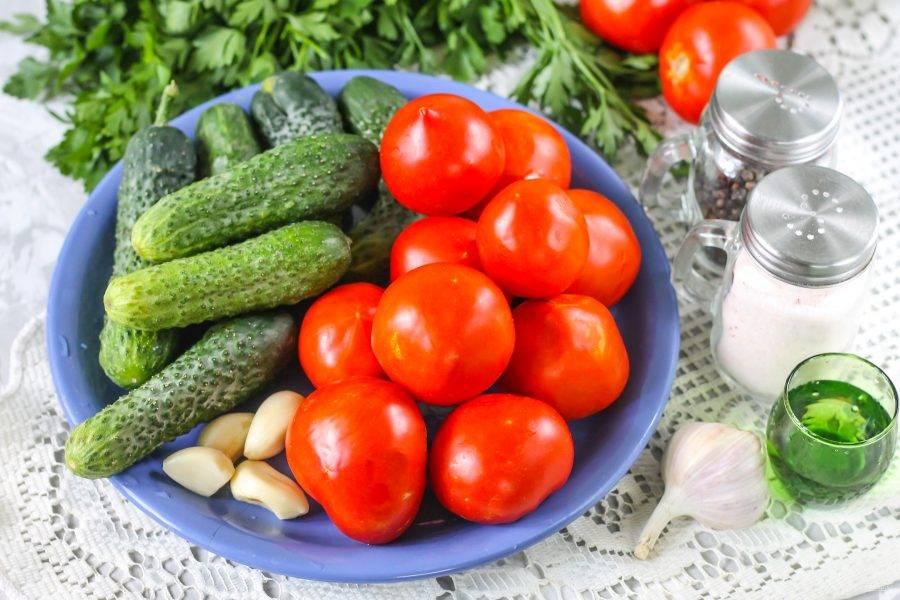 Подготовьте необходимые ингредиенты. Лучше всего мариновать овощи в емкостях не менее 1 литра, чтобы их не пришлось нарезать.