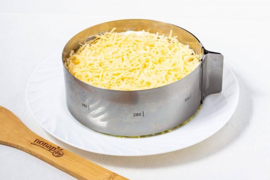 Затем сыр натертый на мелкой терке и немного майонеза.