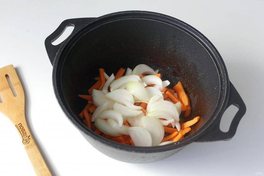 Когда мясо будет готово, добавьте нарезанную соломкой морковь и нарезанный перьями лук.