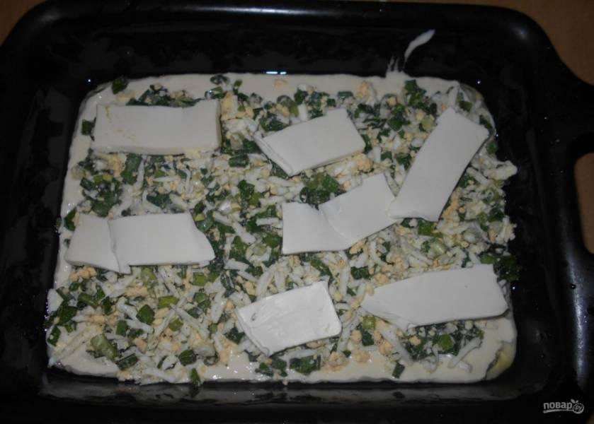 6.Следующим слоем укладываю кусочки сливочного масла, которые нарезаю тонкими пластинками.