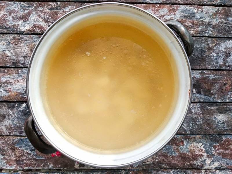 В бульон добавьте нарезанный картофель и доведите его до кипения.