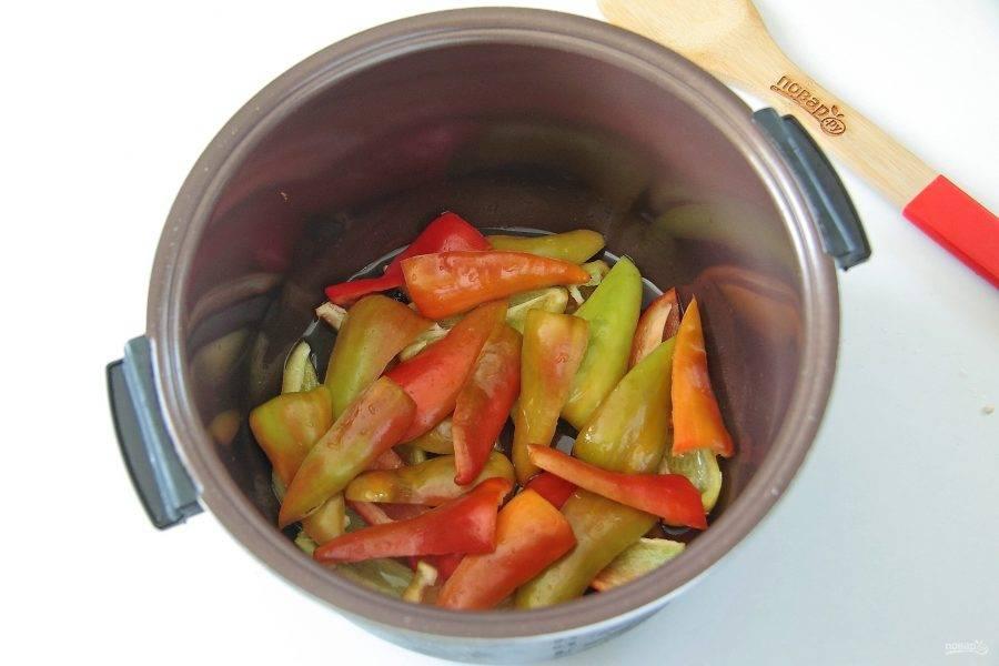 Положите первым слоем нарезанный перьями болгарский перец.