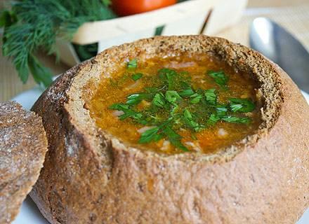 5. Выливаем суп в горячие хлебные тарелки. Очень вкусно будет покрошить заранее отваренное и остуженное яйцо. Посыпаем супчик зеленью и подаем к столу. Вкусно!