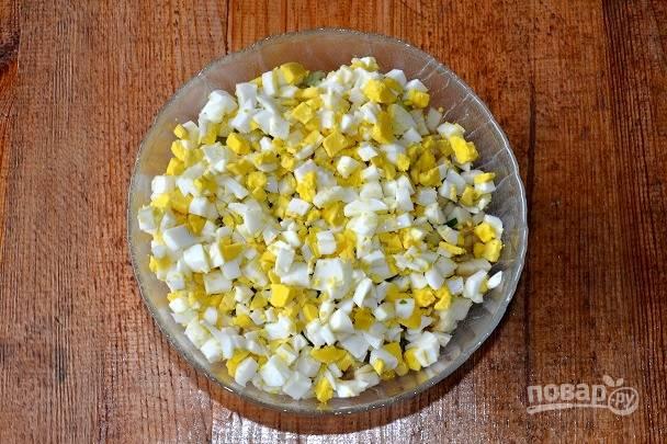 Готовые яйца остудите, очистите и измельчите.