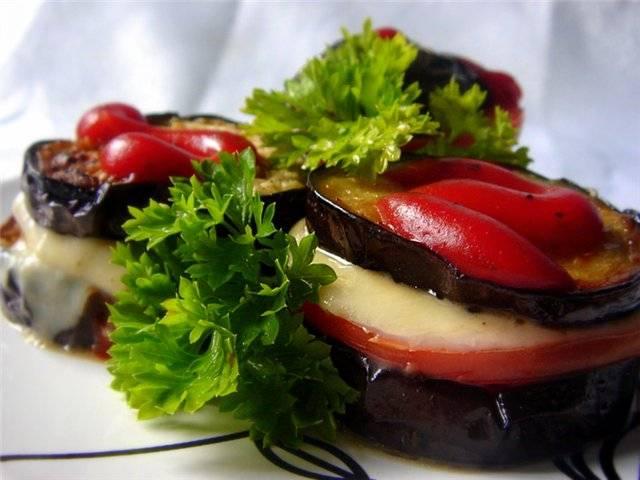 6. Я пережариваю все овощи на оливковом масле, а при подаче подаю баклажаны с сыром и притрушиваю зеленью. Мне больше нравится делать это блюдо в виде рататуя - выкладывать друг на друга все кольцами.