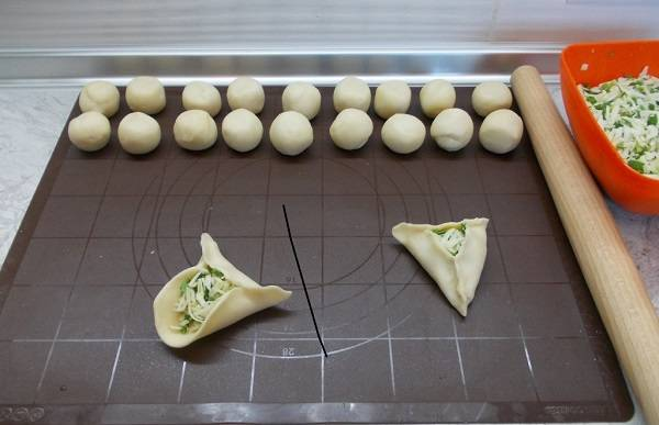 7. Классический рецепт пирожков из заварного теста можно слегка изменить, сделав пирожки открытыми. Выложить на небольшой кусочек теста начинку и защипить края так, чтобы сверху осталась дырочка.