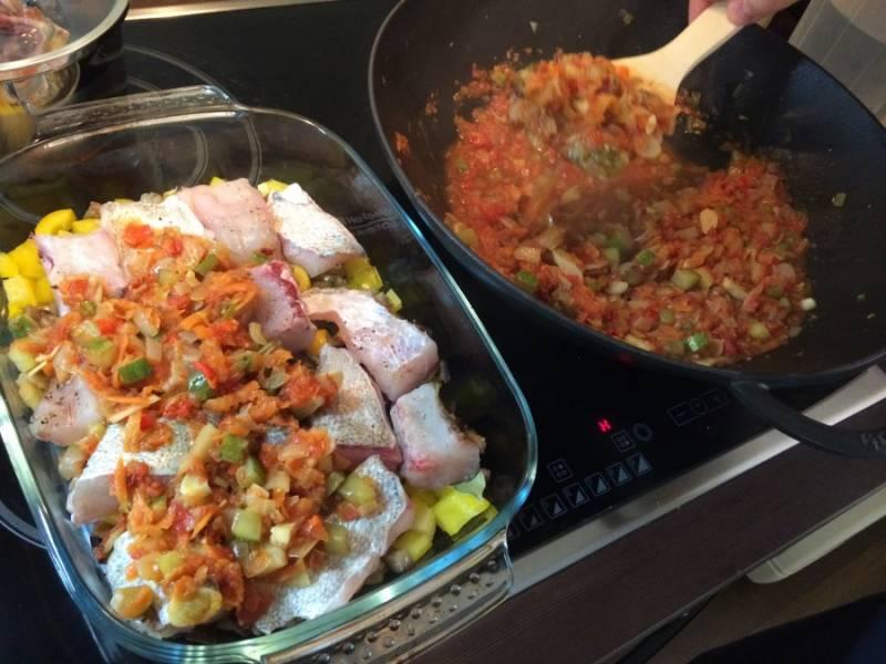 Верхний слой - овощи, обжаренные в томате. Отправляем формы в духовку на 50 минут при 160 С. Кстати, из специй советую использовать барбарис и хмели-сунели.
