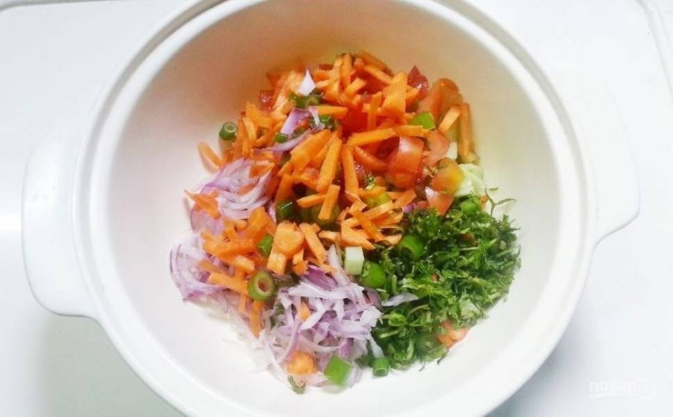 4.Измельченные ранее овощи выкладываю в салатник.