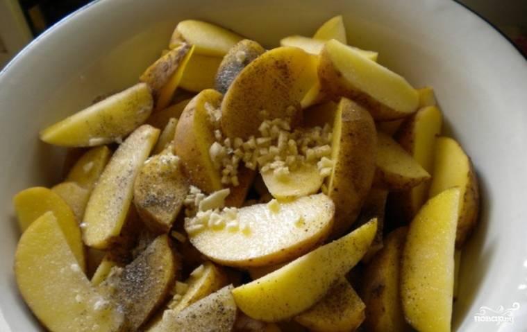 Смешиваем картофель с чесноком, солью и перцем. Также вливаем немного масла, перемешиваем.