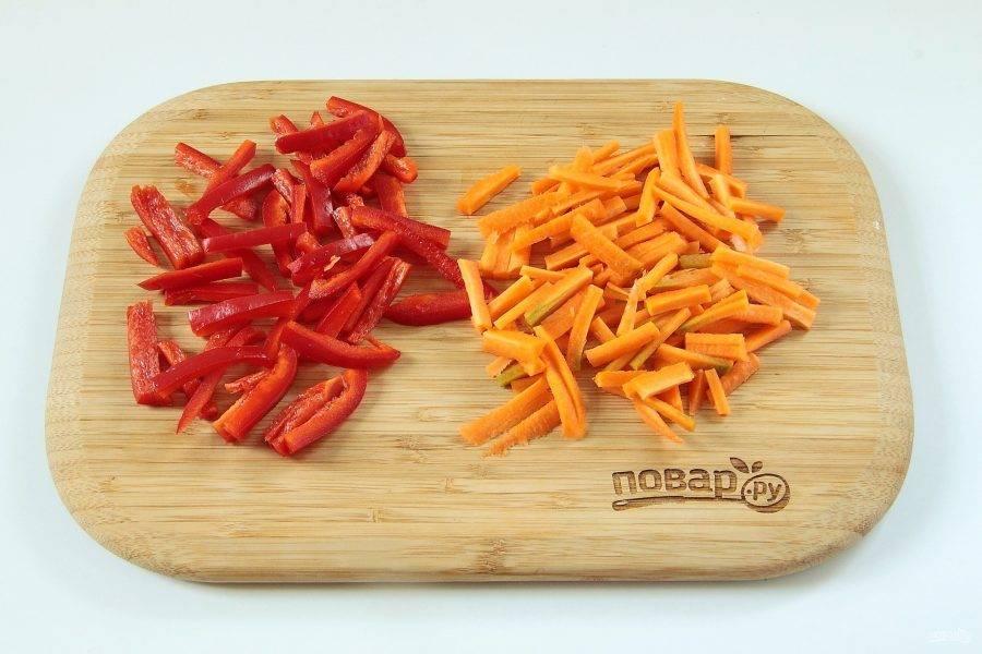 4. Перец и морковь нарежьте небольшой соломкой.