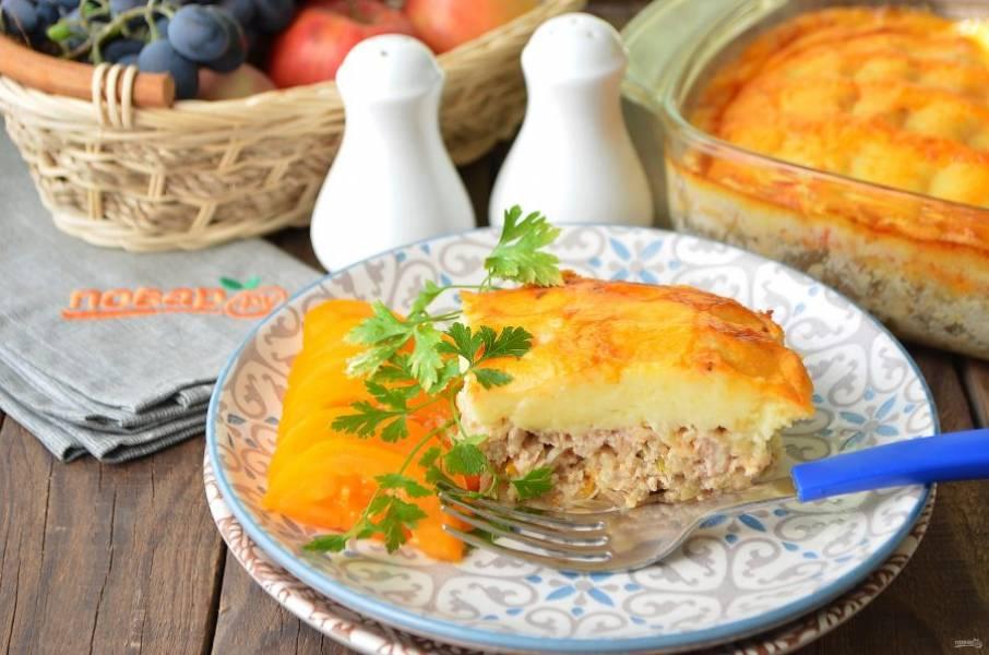9. Остудите немного готовую запеканку, порежьте, подавайте с овощами и зеленью. Приятного!