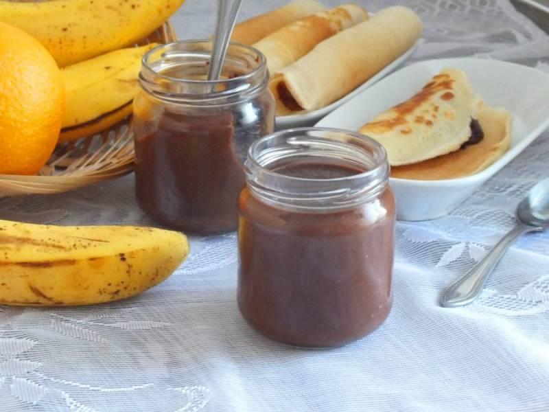Готовый шоколадно-банановый крем подавайте к блинчикам, оладьям или тостам. Приятного аппетита!