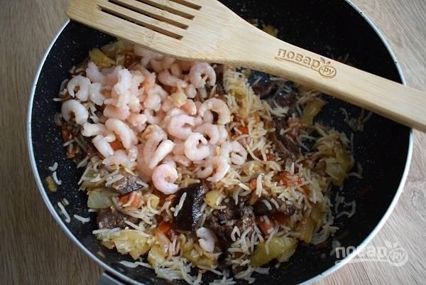 За две минуты до готовности добавьте очищенные креветки и соевый соус по вкусу.