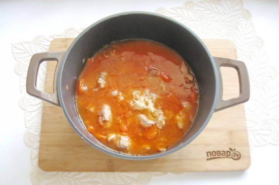Перемешайте все ингредиенты. Проварите мясо с фасолью и томатной пастой 5-6 минут и выключайте. В конце приготовления добавьте измельченный чеснок.