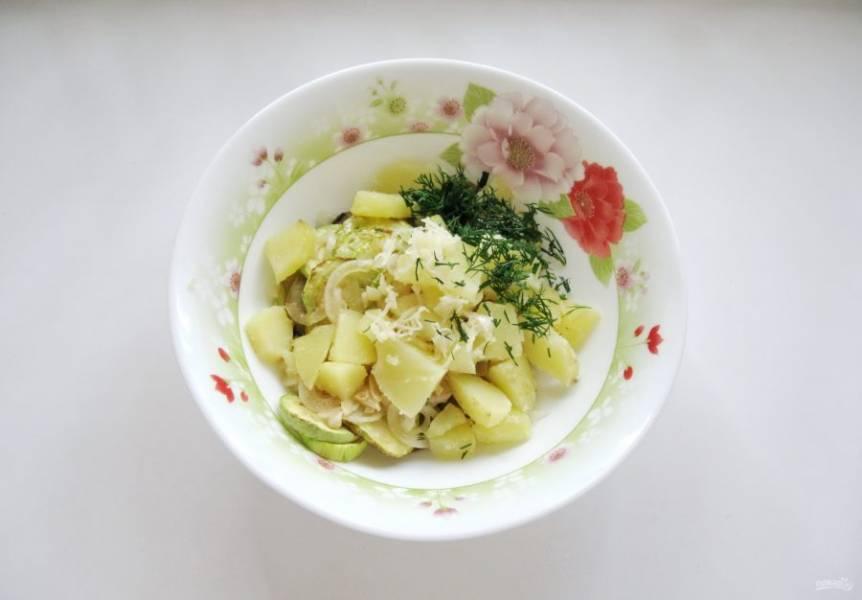 Укроп мелко нарежьте, а чеснок измельчите. Добавьте в салат.