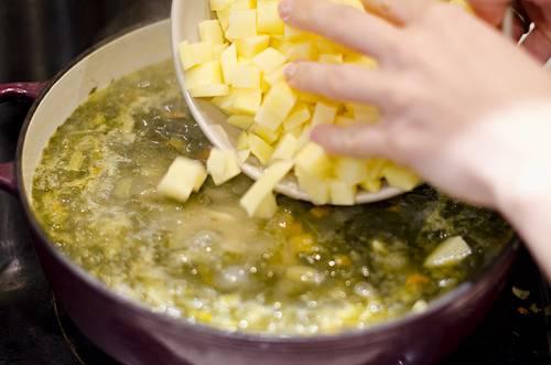 6. После добавления в суп картофеля довести до кипения и посолить, поперчить по вкусу. Можно также добавить и другие специи при желании.
