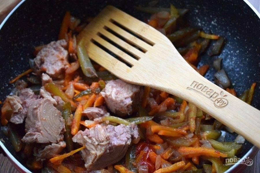 Добавьте филе тунца и 1/2 стакана бульона, перемешайте и готовьте в течение 2х минут.