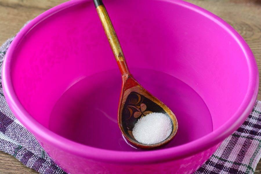 В теплую воду всыпьте сахар и соль, перемешайте жидкость.