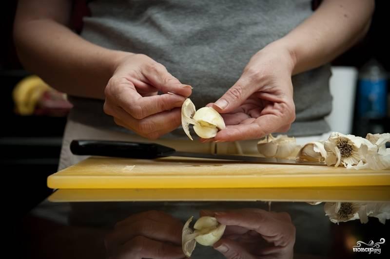 2. Очистите чеснок от кожицы.