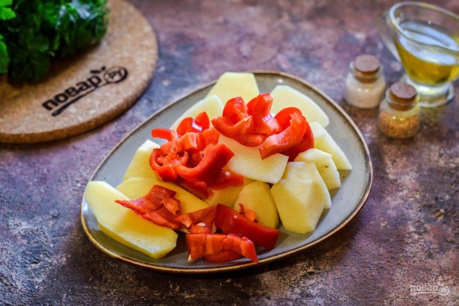Также очистите сладкий перец, нарежьте его небольшими кубиками или полосочками.