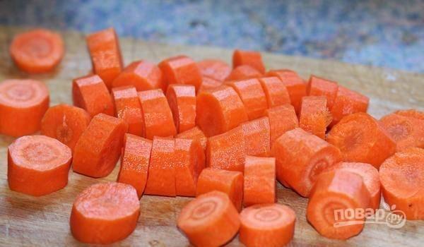 А очищенную морковь нарежьте толстыми кружками.