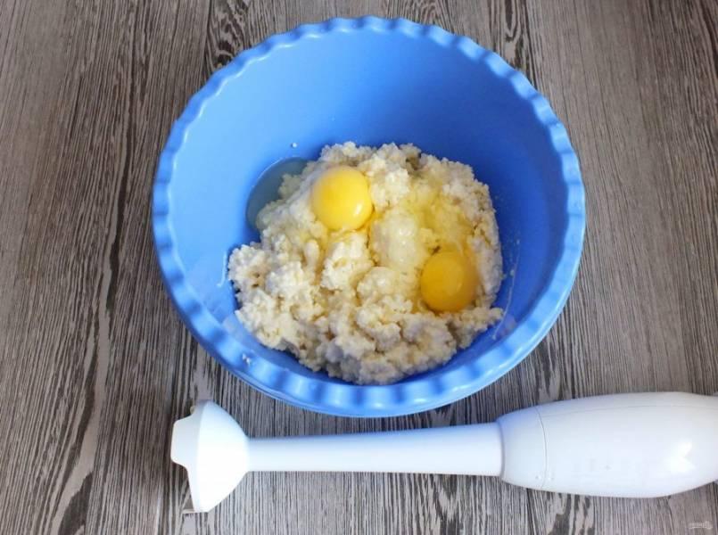 Из пшена и 500 мл. воды сварите кашу. Охладите до комнатной температуры. Переложите в чашу. Добавьте яйца, соль, сахар и пробейте погружным блендером до однородной массы.