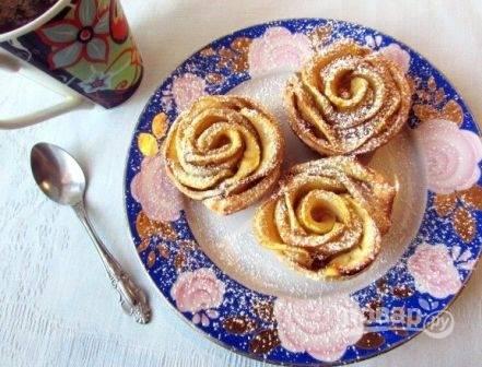 Готовые яблочные розочки посыпаем сахарной пудрой.