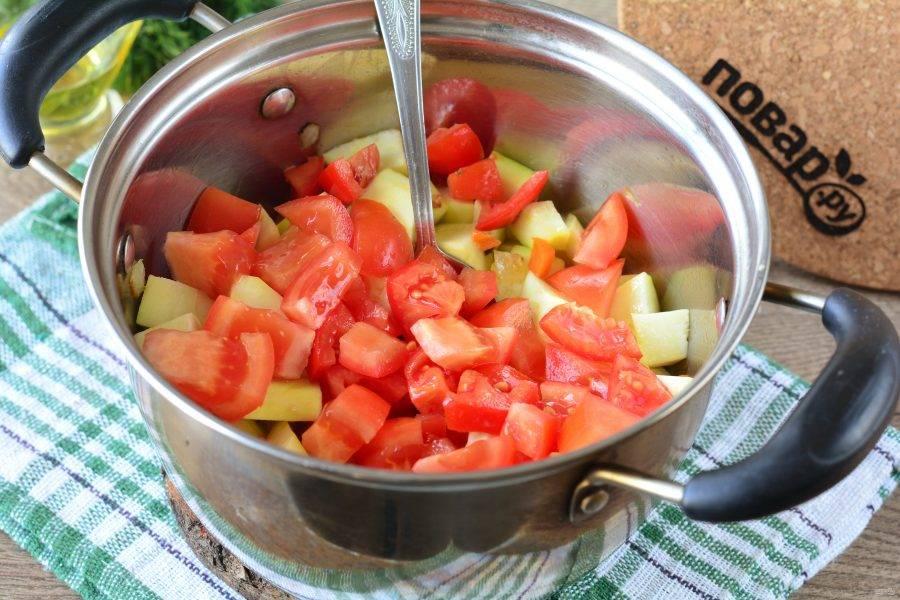 Сверху всыпьте нарезанные кубиками помидоры.