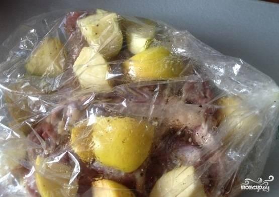 4. Положите в рукав маринованное мясо индейки и яблоки.