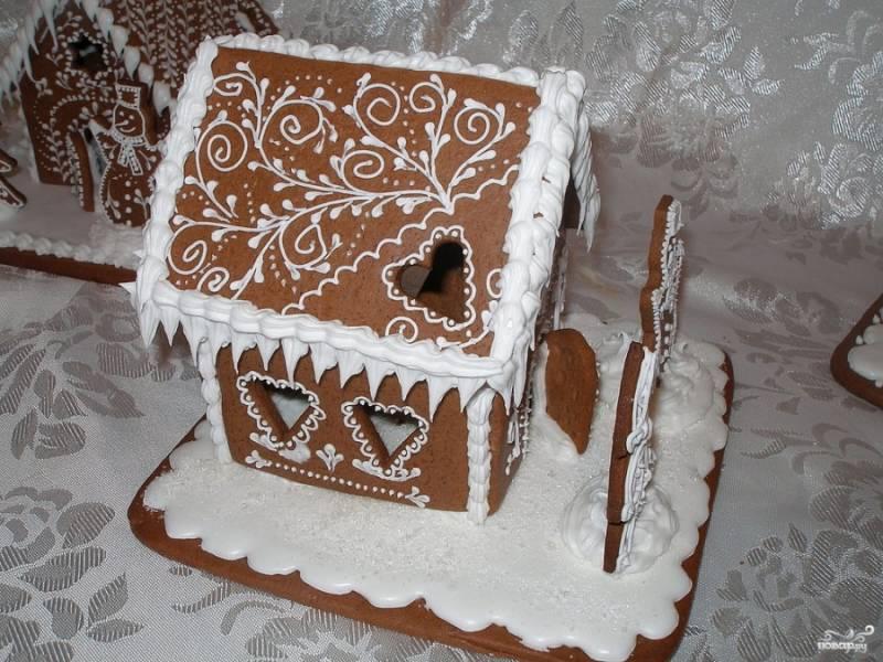 """7. Если хотите сделать эффект """"талого снега"""", для крыши сделайте глазурь немного реже, она быстро застынет и создаст удивительную картину."""