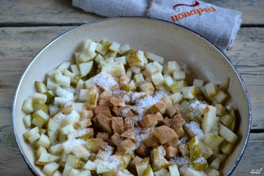 На сковороде растопите сливочное масло, выложите грушу, добавьте сахар, молотый мускатный орех и корицу. Готовьте на медленном огне минут 7-8.