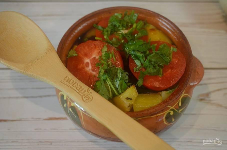 18. Достаньте горшочки из духовки, выложите оставшийся чеснок, кружки помидора и кинзу. Отправьте в духовку еще на 15 минут.