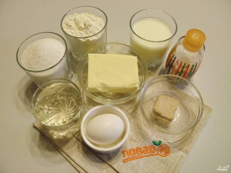 Приготовьте продукты для плюшек. Масло достаньте из холодильника заранее, чтобы оно было комнатной температуры. Вода и молоко должны быть теплыми, 38-40 градусов.