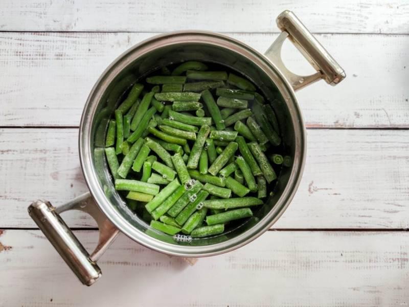 Стручковую фасоль варите 7-8 минут после закипания воды.