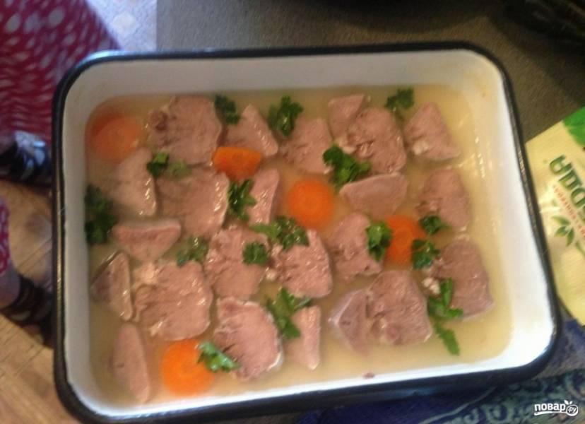 Разложите равномерно и поочередно язык, морковку и зелень поверх первого слоя. Залейте аккуратно бульоном, чтобы накрыло продукты.  Отправьте в холодильник часа на полтора.