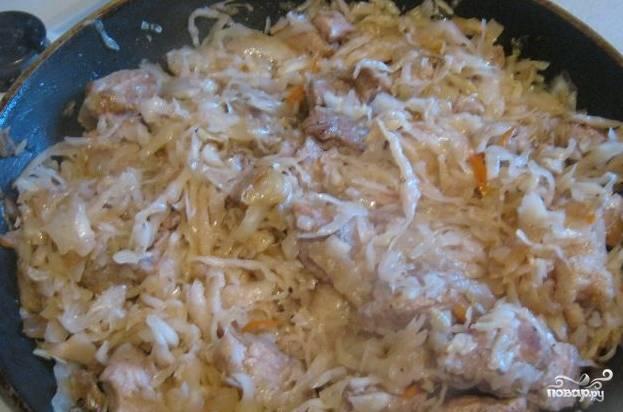 2. Теперь закладываем капусту - сначала квашеную и кислую, чтобы она немного прогрелась и пустила сок, а затем сверху закладываем капусту. Под крышкой тушим, пока капуста не осядет - примерно 20 минут.