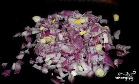 Обжаренные кусочки филе отправляем в кастрюлю к картошке, а на сковороде обжариваем лук.