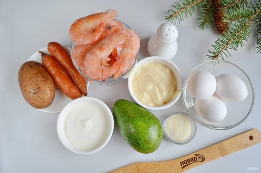 Итак, подготовьте всё необходимое для салата. Отварите картофель, морковь (у меня мелкая, я взяла две штуки), яйца, креветки. Остудите и очистите овощи. С авокадо снимите кожуру, удалите орешек. Чтобы авокадо не темнело, его нужно сбрызнуть лимонным соком.