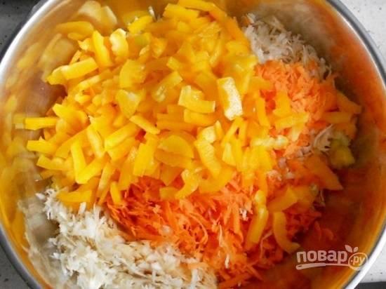 Добавим нарезанный перец, соль, масло и лимонный сок. Перемешиваем.