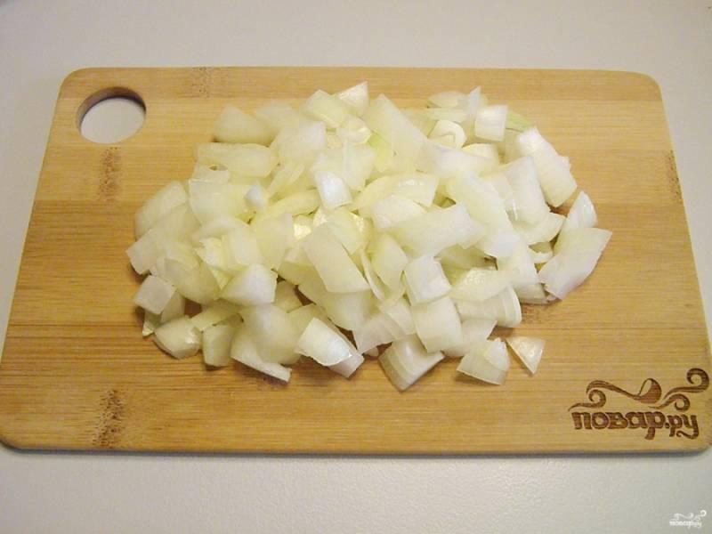 Приготовьте ингредиенты согласно списку и приступайте. С лука снимите кожуру, вымойте и порежьте не большими кубиками.