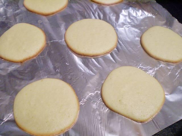 7. Как только печенье по краю подрумянится, снимаем с листа, быстро и осторожно. Пока печенье горячее, оно отлично поддается формированию.